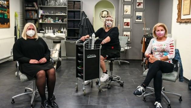 Friseurin Doris Kirchebner (Mitte) mit ihren ersten beiden Kundinnen (Bild: zeitungsfoto.at/Liebl Daniel)