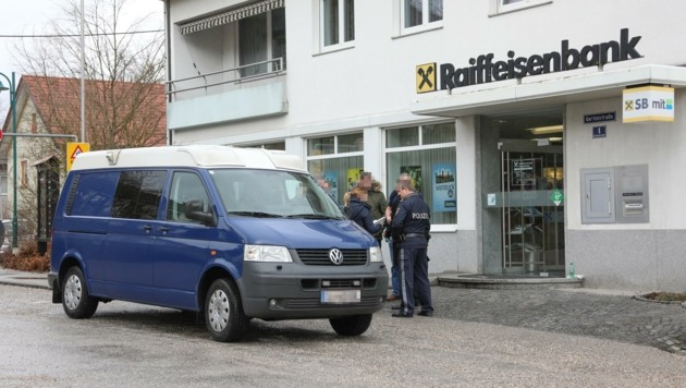 Die Raiffeisenfiliale in Offenhausen wurde gleich zweimal von Bernhard W. heimgesucht: Am 30. September 2016 und am 9. März 2017. Dann setzte sich der Kriminelle quasi zur Ruhe. (Bild: Matthias Lauber)