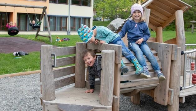 Vinzenz, Leo und Nora genießen die Spielzeit im Freien. (Bild: Christian Forcher)