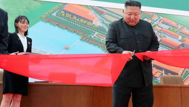 Kim Jong Un schneidet feierlich das Band durch, seine Schwester Kim Yo Jong schaut zu. (Bild: KCNA via KNS)