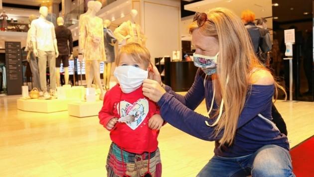 Auch die Kleinen trugen Mundschutz (Bild: Christian Jauschowetz)