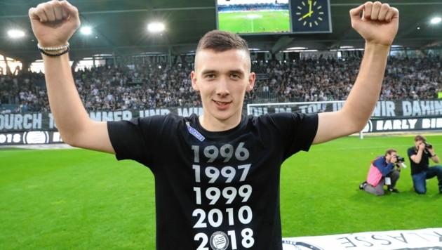 Vor den Sturm-Fans genoss Dario Maresic noch die Feier als Cupsieger und Vizemeister. (Bild: Sepp Pail)