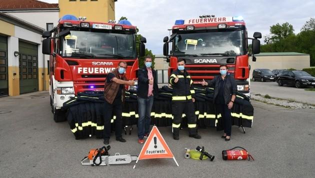 Bürgermeisterin Beatrix Dalos (rechts), Vizebürgermeister Josef Spazierer (zweiter von links) sowie Gemeinderat Peter Schiller übergaben die neue Schutzausrüstung an Feuerwehrkommandant Bernhard Tröszter (Bild: P. Huber)