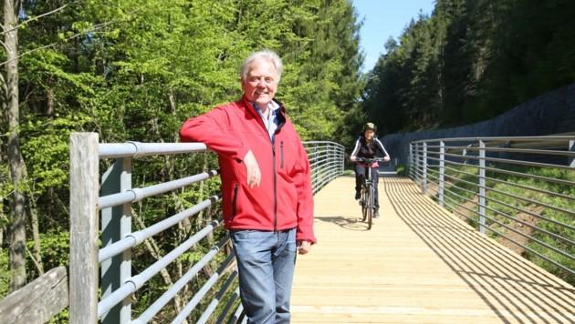 Die Radwegbrücken nah der Santa Lucia-Brücke sind endlich fertig. Bürgermeister Gerhard Visotschnig freut sich darüber. (Bild: Hronek Eveline)