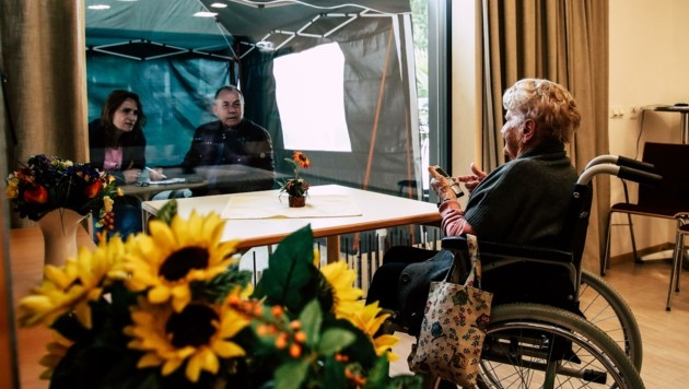 Wiedersehen macht Freude: ein hochemotionaler Moment für Seniorin Maria Krögner (99) (Bild: Tröster Andreas)