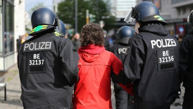 Während nicht erlaubter Proteste am 1. Mai, kam es zu einem mutmaßlichen Angriff eines Polizisten auf eine Fernsehmitarbeiterin in Berlin. Das Fernsehteam hatte zuvor eine Festnahme gefilmt. (Bild: AP)