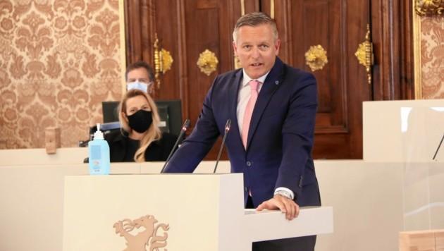 FPÖ-Klubobmann Mario Kunasek (im Hintergrund Gesundheitslandesrätin Juliane Bogner-Strauß, ÖVP). (Bild: Christian Jauschowetz)