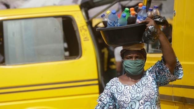 In Nigeria steigen die Infektionszahlen mit dem neuartigen Coronavirus derzeit zwar an, die Regierung hat dennoch Lockerungen der Ausgangsbeschränkungen beschlossen. (Bild: AP)