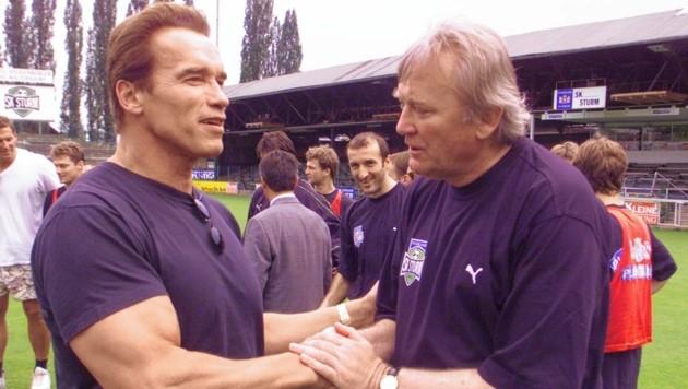 Arnold Schwarzenegger besuchte 1999 Sturm und Ivica Osim (re.) in der legendären Gruabn. (Bild: sepp pail)