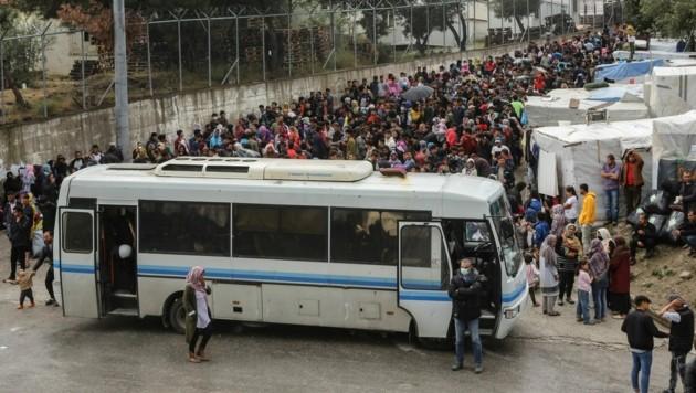 Mai 2020: Migranten warten auf ihren Transfer von der Insel Lesbos auf das griechische Festland. (Bild: APA/AFP/Manolis Lagoutaris)