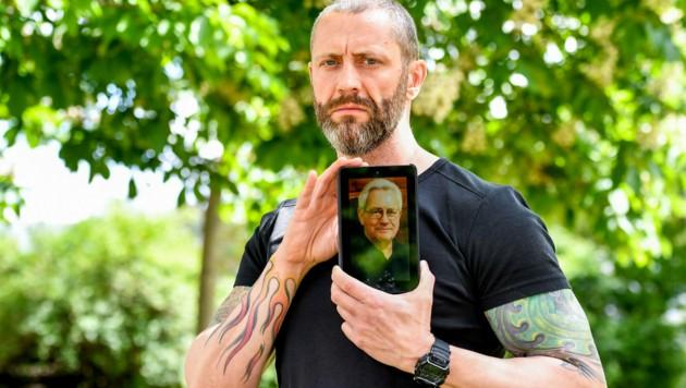 Max Haider zeigt ein Bild seines verstorbenen Vaters. (Bild: Harald Dostal)