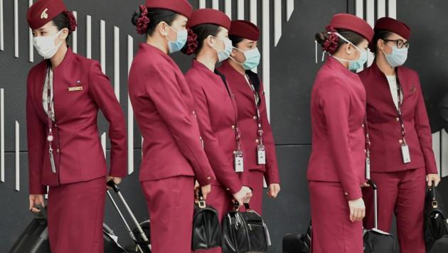 Auch wenn sich die Menschen an den Mund-Nasen-Schutz schon großteils gewöhnt haben, wird das Fliegen in Zeiten von Corona trotzdem eine große Umstellung werden. (Bild: AFP)