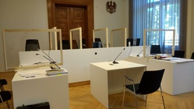 Verhandlungssaal in Corona-Zeiten: Plexiglas-Elemente Marke Eigenbau sorgen für Abstand (Bild: Lovric Antonio)