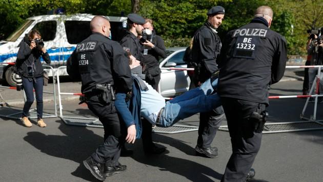 Nachdem es erst am vergangenen Samstag einen ähnlichen Zwischenfall in Berlin gegeben hatte, wurde am Mittwoch wieder ein Kameramann bei einer Demonstration gegen die Corona-Maßnahmen tätlich angegriffen. Die Polizei nahm den Mann daraufhin fest. (Bild: AFP)