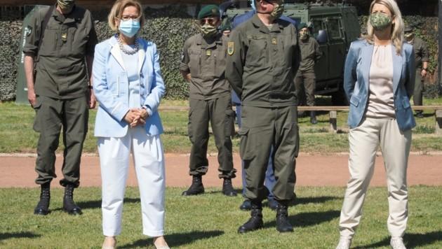 Landeshauptfrau Mikl-Leitner und Verteidigungsministerin Tanner gratulierten Hameseder zur weiteren Bestellung. (Bild: Gabriele Moser)