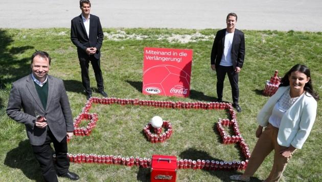 Philipp Bodzenta (Coca Cola), Bernhard Neuhold (ÖFB), Teamchef Franco Foda und Lisa-Maria Moosbrugger (Coca Cola). (Bild: GEPA )