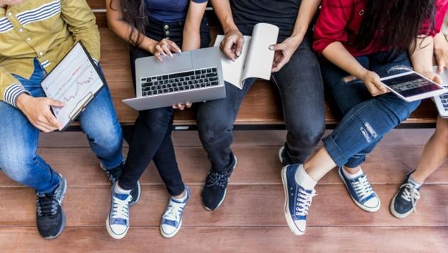Die meisten Schüler der 5. und 6. Schulstufe erhalten in den ersten Schulwochen einen Laptop. Schulen, die sich für Windows-Tablets entschieden haben, müssen länger warten. (Bild: stock.adobe.com)