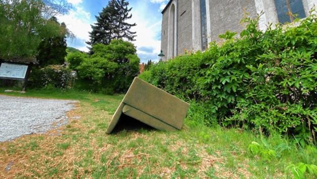 Illegal entsorgte Couch als Corpus Delicti (Bild: Nikolaus Frings)