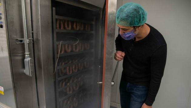 In einer westdeutschen Fleischfabrik wurden 200 Mitarbeiter auf das neuartige Coronavirus getestet. Der Test fiel bei 129 Personen positiv aus. Insgesamt arbeiten in der Fabrik 1200 Mitarbeiter. (Bild: AFP)