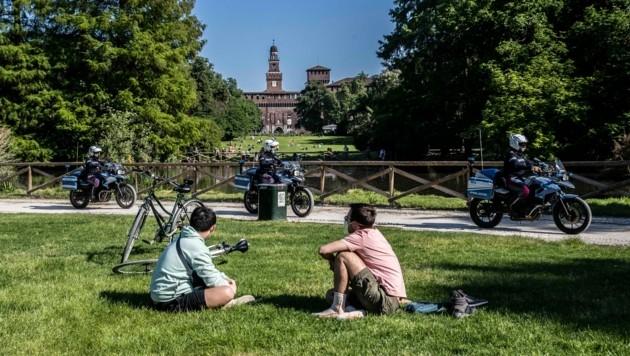 Polizeistreifen im Sempione Park in Mailand (Bild: AP)