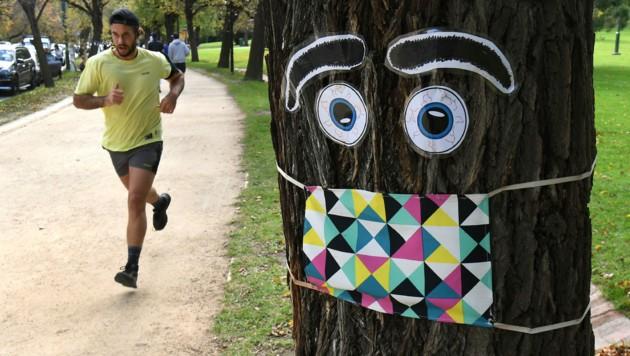 Ein Jogger in der australischen Großstadt Melbourne: Die australische Regierung hat einen Drei-Stufen-Plan vorgelegt, der den Bewohnern des Kontinents wieder mehr Freiheiten einräumt. (Bild: AFP)