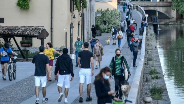 Gut besuchte Ausgehviertel wie hier in Mailand im Frühjahr des Vorjahres. Das möchte die italienische Regierung heuer mit aller Macht verhindern. (Bild: AP)