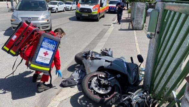 Der Motorradfahrer musste in die Innsbrucker Klinik gebracht werden. (Bild: Zeitungsfoto.at | Daniel Liebl)