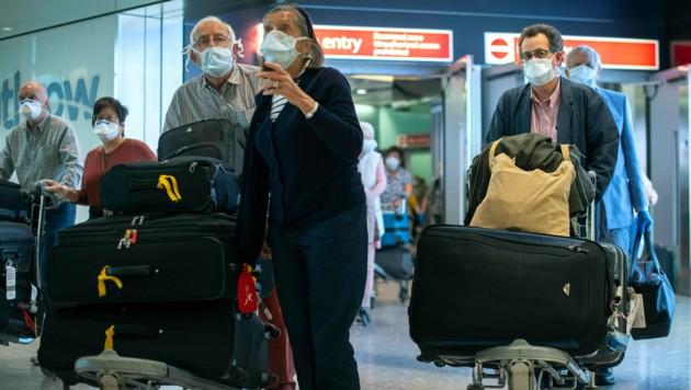"""Die englische """"Times"""" schreibt am Samstag, dass die britische Regierung in London plant, eine zweiwöchige Quarantänepflicht für Einreisende aus dem Ausland einzuführen. (Bild: AP)"""