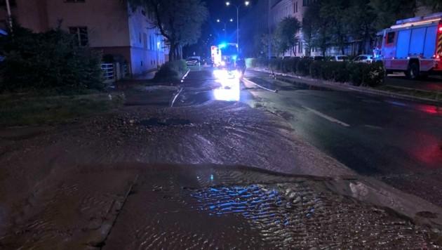 Die Straße war überschwemmt. (Bild: FF Hauptwache Klagenfurt)