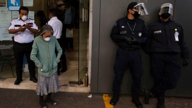 In Mexiko wurden drei Krankenschwestern am Freitag in Coahuila im Norden des Landes stranguliert aufgefunden. In den vergangenen Wochen nahmen die Aggressionen gegen Gesundheitspersonal zu. Ob die Morde im Zusammenhang mit der Corona-Pandemie stehen, ist derzeit noch Gegenstand von Ermittlungen. (Bild: AP)