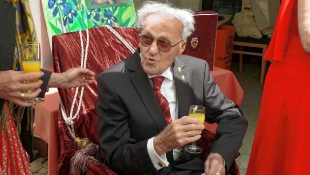 """Stets Gentleman: Zum heutigen Geburtstag gibt Alfred Nagl eine Festschrift heraus, turbulente Geschichten aus seinem Leben zwischen 100 und 105 inbegriffen. Ein Leitspruch, dem der Jubilar bis heute treu geblieben ist: """"Man muss die Feste feiern, wie sie fallen."""" (Bild: Kronen Zeitung, Privat)"""