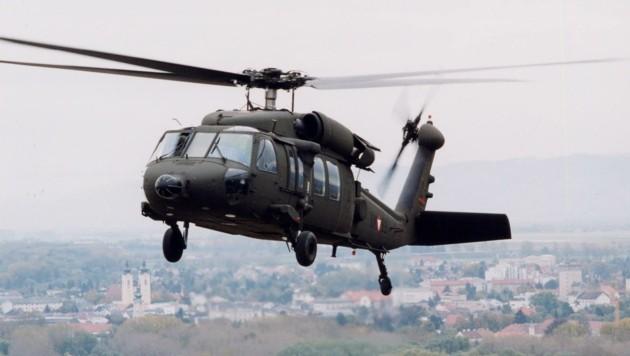 Ein Black Hawk schwebt über der Garnisonsstadt Tulln (Bild: Bundesheer)