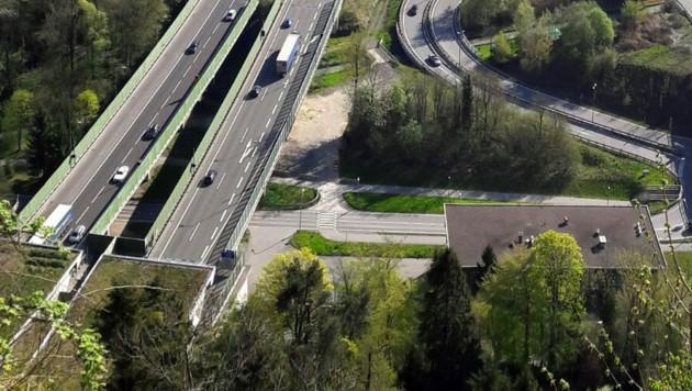 Blick vom Bregenzer Gebhardsberg über dem Portal des Pfändertunnels in Richtung Rheintal auf die Rheintal/Walgau Autobahn A 14 (Bild: APA/ANGELIKA GRABHER-HOLLEINSTEIN)