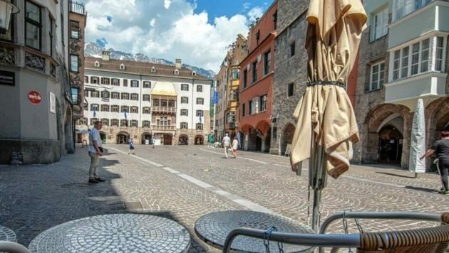 Keine Touristen vor dem Goldenen Dachl - ein ungewohntes Bild. (Bild: Christian Forcher)