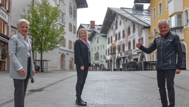 """Blicken zuversichtlich in die Gegenwart und Zukunft des Kitzbühel Tourismus: Signe Reisch, Viktoria Veider-Walser und Josef """"Sepp"""" Burger (v . links). (Bild: Hubert Berger)"""