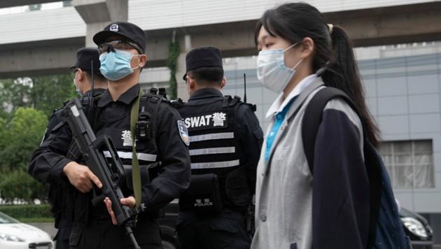 Die Sicherheitsvorkehrungen in China sind besonders streng. Auch vor den Schulen patrouillieren Soldaten mit Maschinengewehren. (Bild: AFP)