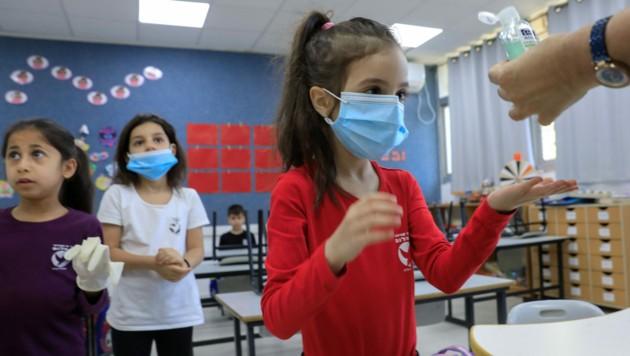 Die Schulen öffneten bereits für eine Million Kinder unter strengen Sicherheits- und Hygieneauflagen. (Bild: AFP)