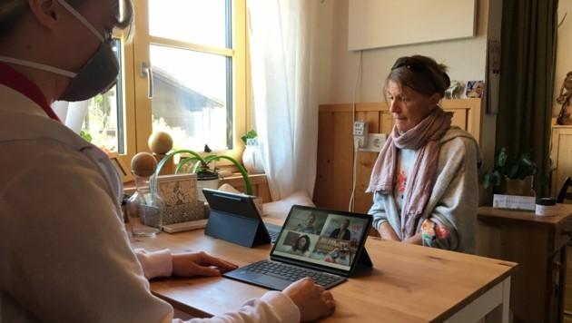 Katharina Löcker, Leitung Palliativteam Pongau, mit ihrer Patientin Gudrun Pflüger. Bei medizinischen Fragen kann sie online übers Tablet einen oder mehrere Ärzte dazuschalten. (Bild: Caritas Salzburg)