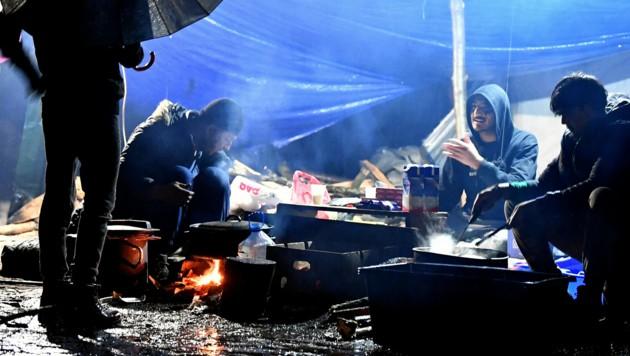 Migranten nahe der Stadt Bihac in Bosnien-Herzegowina (Bild: AFP)