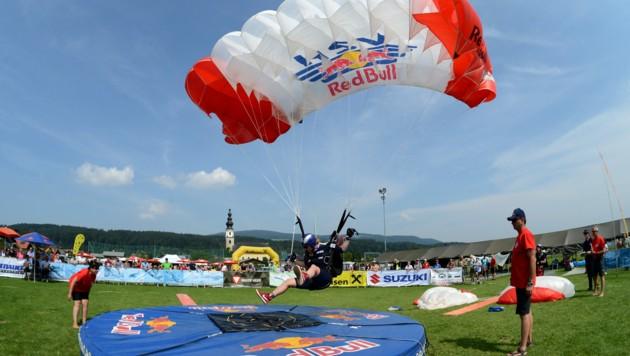 Der Fallschirmsprung-Weltcup in Thalgau muss heuer abgesagt werden. (Bild: Red Bull HSV/Manfred LAUX)
