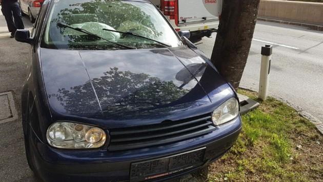 Der Lenker touchierte mit seinem Auto einen Baum. (Bild: Freiwillige Feuerwehr Zell am See)