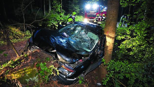 Der Pick-up wurde beim Anprall am Baum völlig deformiert (Bild: Matthias Lauber/laumat.at)