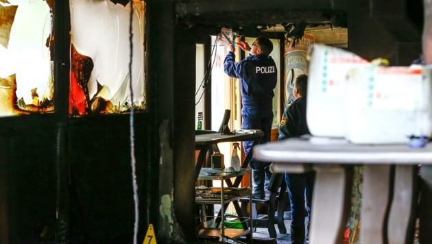 Brandermittler machten sich noch am Montag an die Arbeit (Bild: Gerhard Schiel)