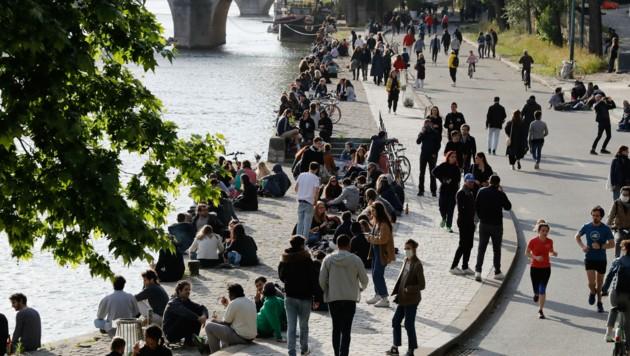 Am ersten Tag nach den Lockerungen trafen sich zahlreiche Menschen in Paris am Ufer der Seine - oft wurden die Abstandregeln nicht eingehalten. (Bild: AFP)