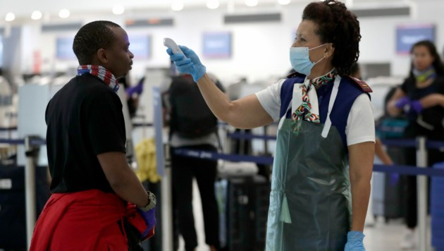 Temperaturkontrolle am Miami International Airport (Bild: Copyright 2020 The Associated Press. All rights reserved.)