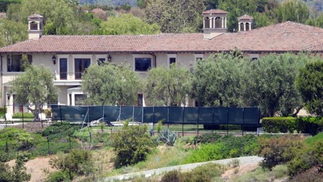 Rund um das Luxus-Haus auf dem Beverly-Ridge-Estate wird ein Sichtschutz aufgebaut (Bild: www.photopress.at)