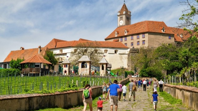 Die imposante Riegersburg öffnet ab Freitag wieder ihre Pforten für Besucher. (Bild: Burg Riegersburg)