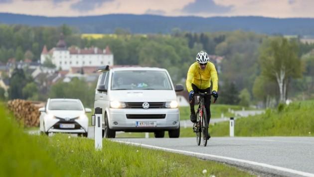Auch der deutsche Rennrodel-Olympiasieger Felix Loch schloss sich der großartigen blau-gelben Benefizaktion an. (Bild: Martin Steiger)