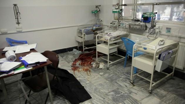 Grausige Bilder aus einer Entbindungsstation in Kabul, die von Bewaffneten überfallen wurde (Bild: AP)