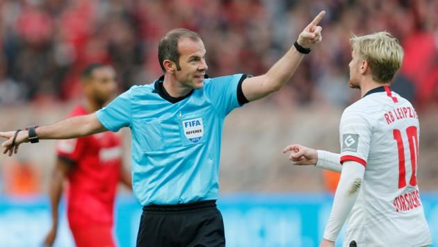Schiri Marco Fritz wird Hygiene-Fouls NICHT mit Gelb oder Rot ahnden ... (Bild: AFP)